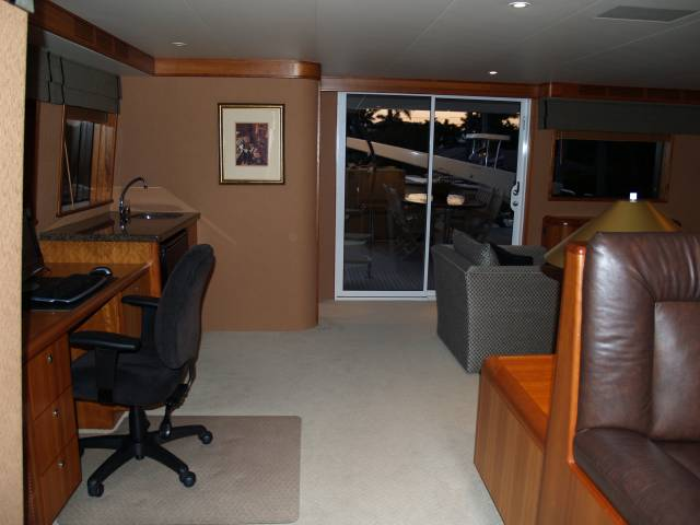 Motoryachtsflorida new and brokerage motoryachts for Office wet bar